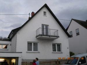 Haus Wilhelm vor der Sanierung - Dach und Wände zeigen den Sanierungsstau