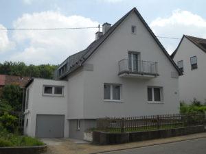 Die Sanierung hat den Charakter des Bestands erhalten. Dachüberstände, Proportionen wurden elegant erhalten. Die Dachgauben wurden gestalterisch reduziert